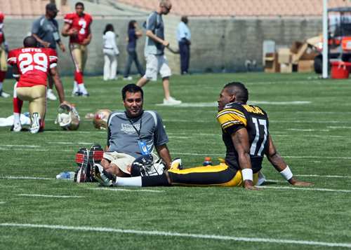 Mike Wallace (Steelers) chatting with Gabriel Garcia