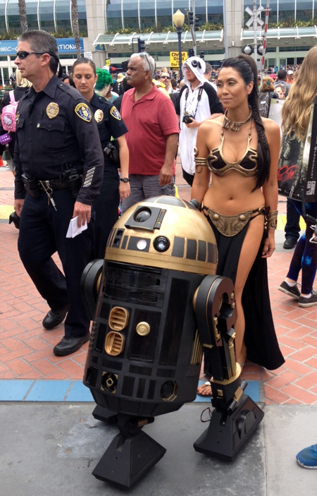 Comic-Con-San-Diego-Upper-Deck-Best-Worst-Dressed-2013-Star-Wars-Leyah-R2D2