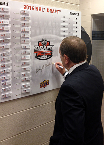 2014-NHL-Draft-Upper-Deck-Gauntlet-Top-Draft-Picks-Board-Commissioner-Gary-Bettman-Signing-Autograph