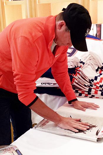 Wayne-Gretzky-Autograph-Tegata-Upper-Deck-Authenticated-Process-Behind-Scenes-1