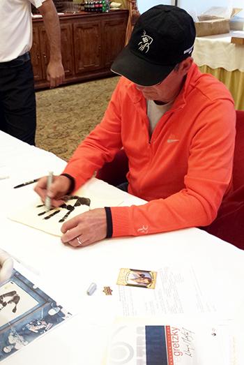 Wayne-Gretzky-Autograph-Tegata-Upper-Deck-Authenticated-Process-Behind-Scenes-3