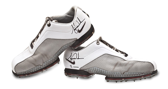 tiger-woods-tournament-worn-white-grey-nike-golf-shoes-autograph-fathers-day-gift-dad-8
