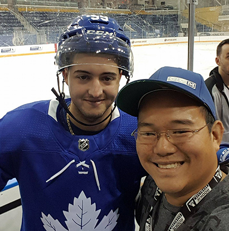 2017-nhlpa-rookie-showcase-toronto-upper-deck-fans-kids-closer-game-jeremy-bracco-selfie