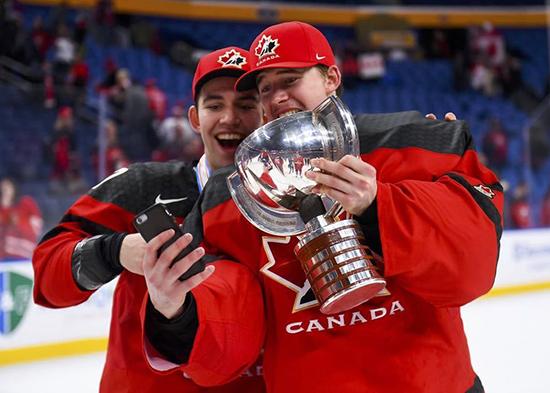 carter-hart-team-canada-juniors-selfie
